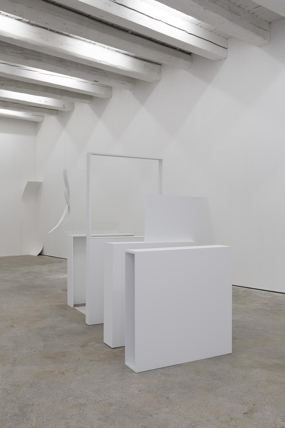 Meta / Meta Δ, 2014 - Installation, bois peint, adhésif, plexiglas, aluminium
