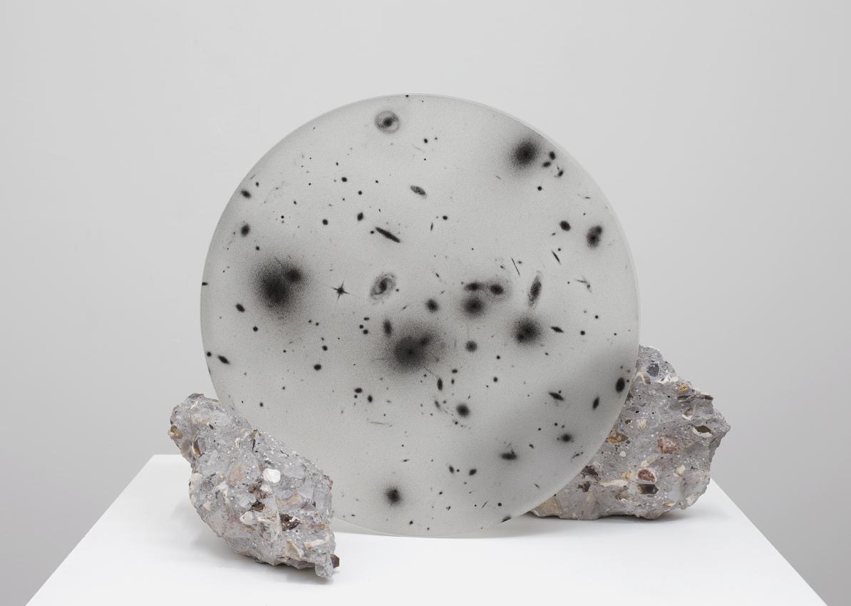 Caroline Corbasson, 2015 - 36 x 45 x 30 cm - Sérigraphie sur miroir de telescope, béton