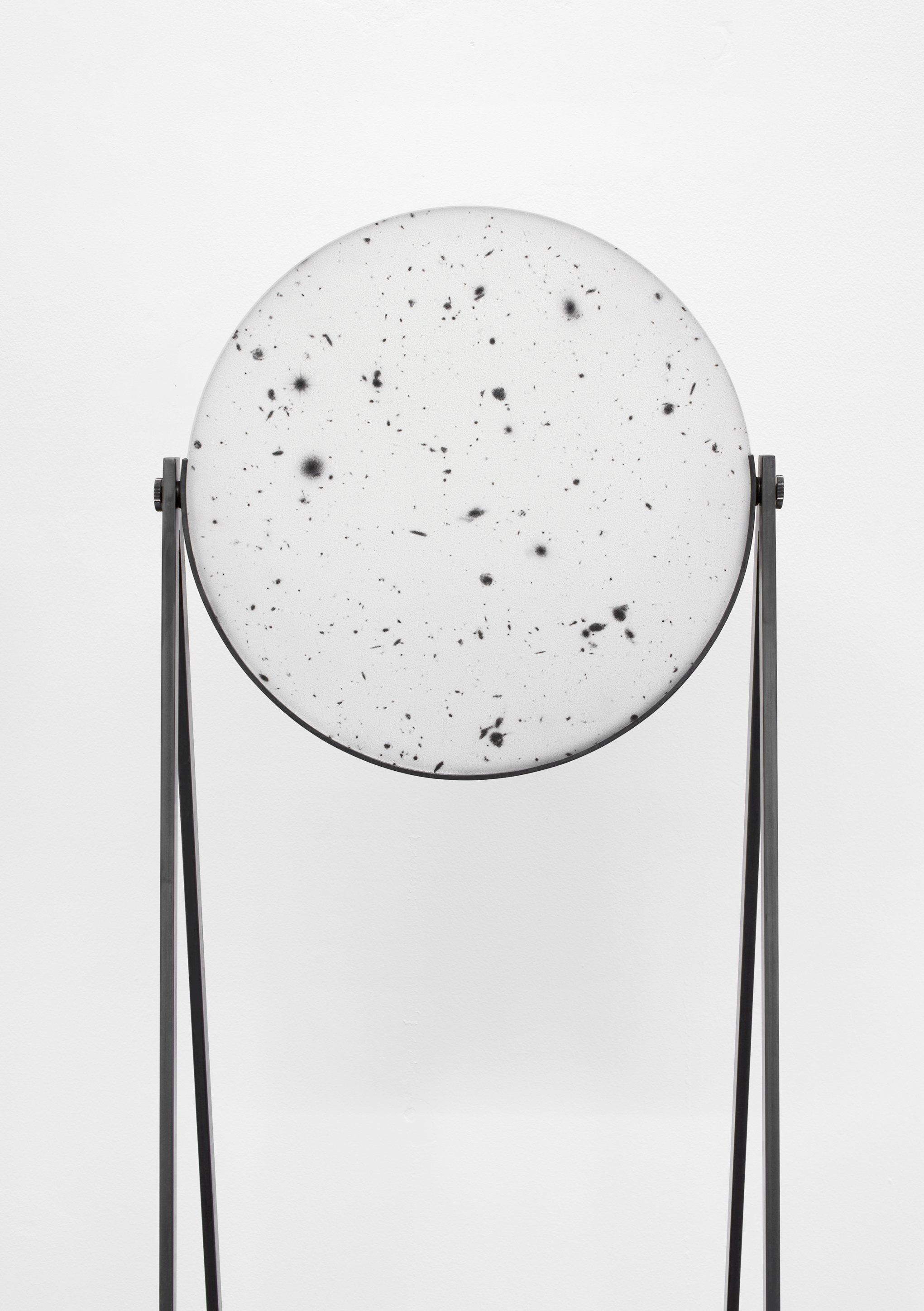 Caroline Corbasson, 2015 - Diam 40 cm ep 2 cm H 150 cm - Sérigraphie sur miroir de téléscope, acier