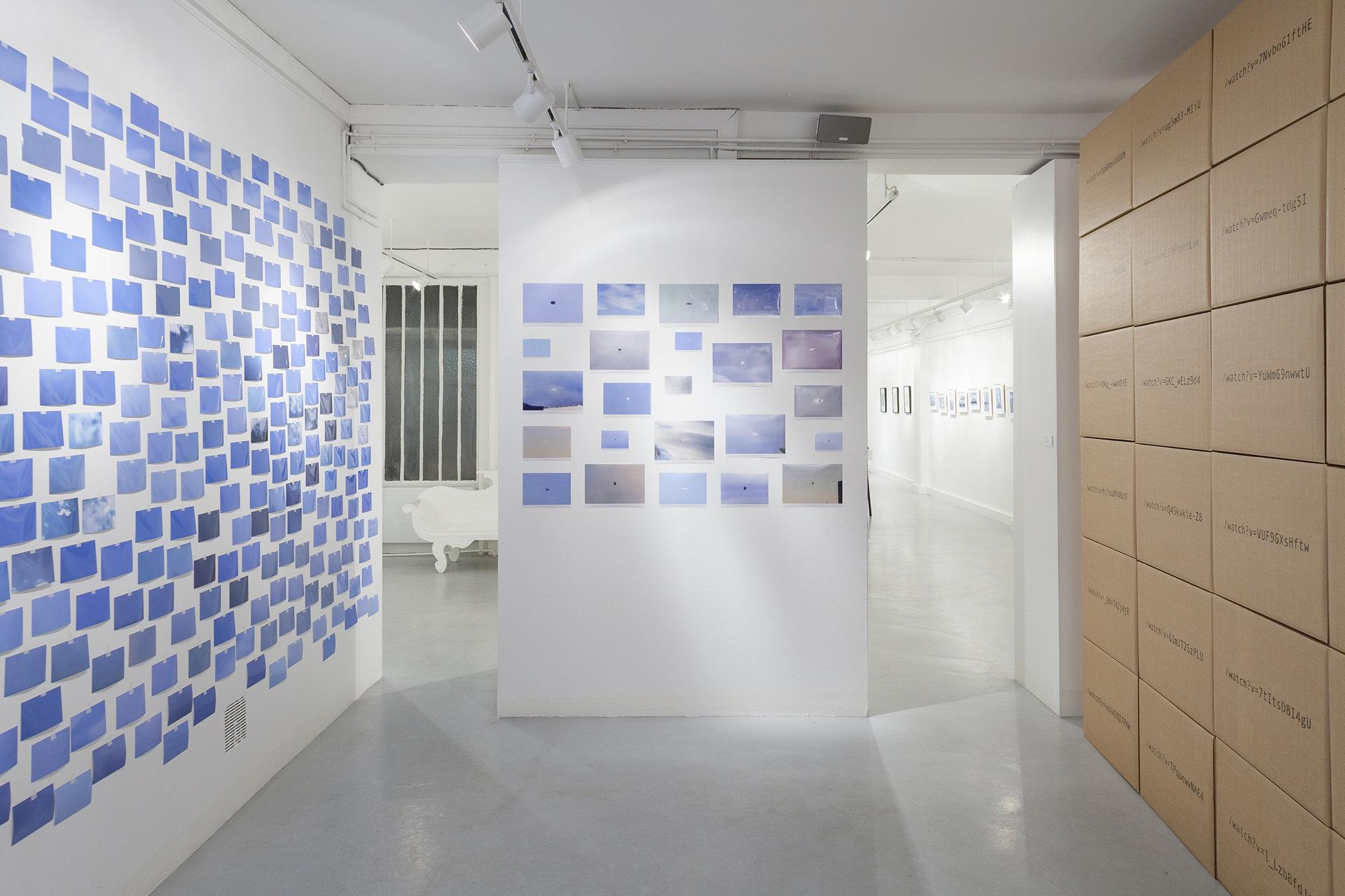 Adrien Tomaz, 2015 - 24 photogrammes légendés ; 600 photogrammes non-légendés ; 24 cartons de déménagement ; air ; peinture acrylique ; extraits de liens internet ; polices Andale Mono et FangSong