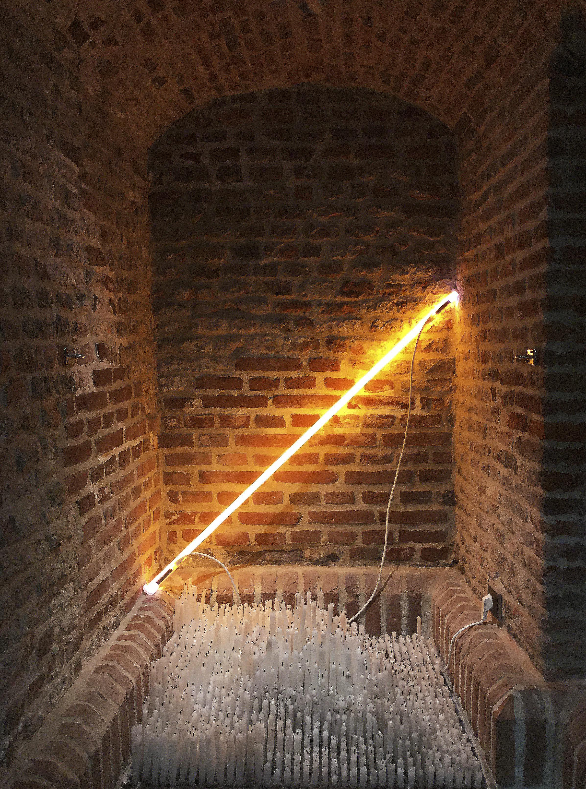François Réau, 2015 - Cierges en cire blanche (1300 environ), néon Dimensions variables, création in situ lille3000 - Musée du Château de Flers, Villeneuve d'Ascq, France