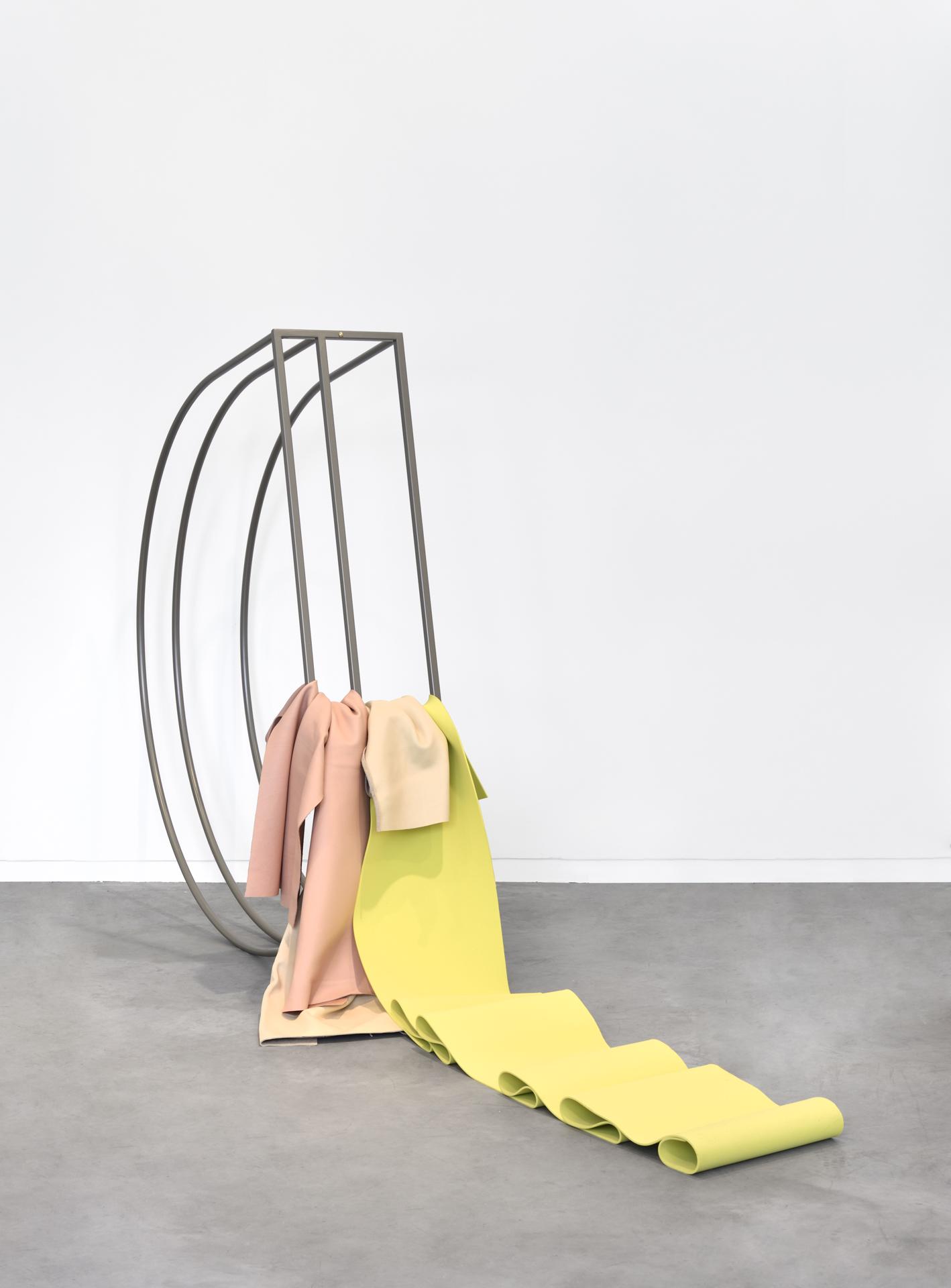 Acier thermolaqué, cuir, néoprène. Crédit photo : Rebecca Fanuele. Courtesy de la Galerie Eric Mouchet.