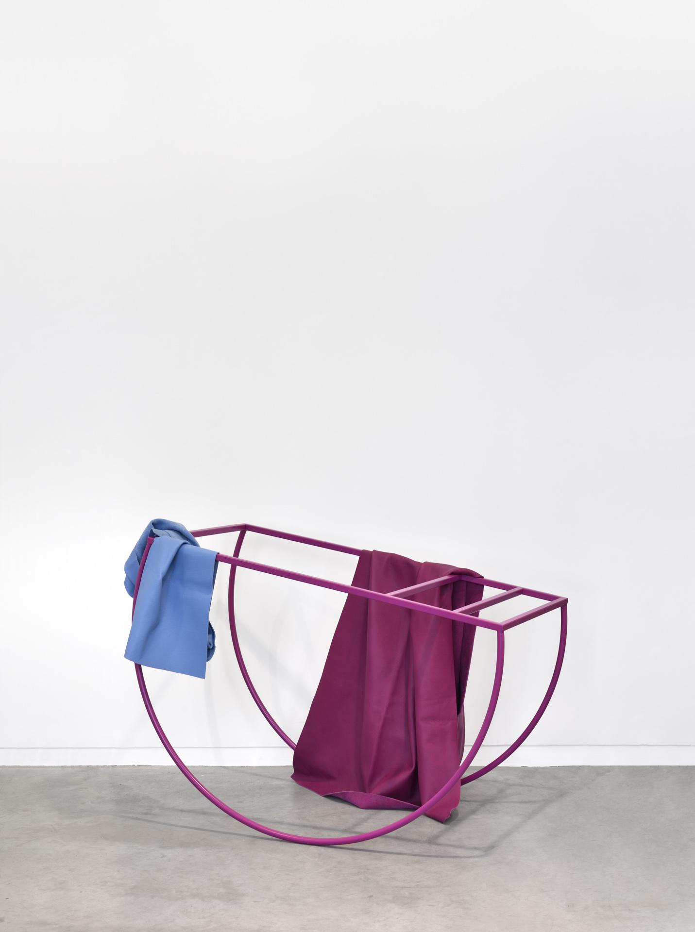 Acier thermolaqué, cuir. Crédit photo : Rebecca Fanuele. Courtesy de la Galerie Eric Mouchet.