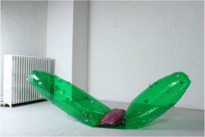 «Qu'en-dira-t-on», 2013. Gonflable, béton, paillettes. Courtesy de l'artiste.